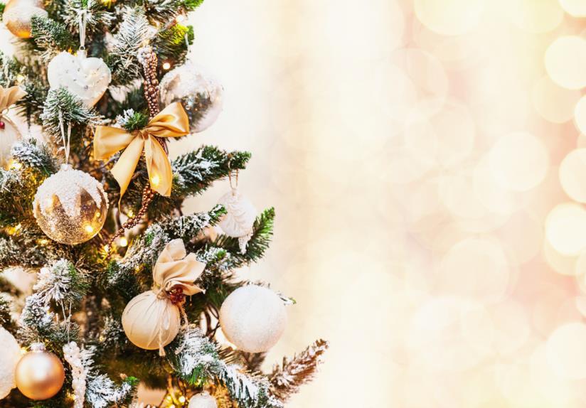 Albero di Natale decorato con addobbi dorati