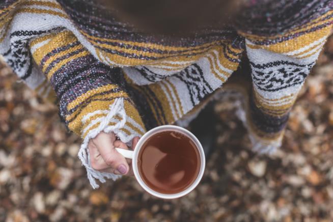 Ragazza con in mano una tazza di tè