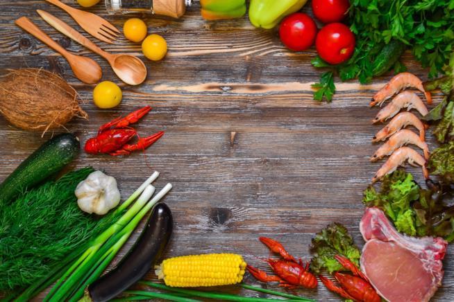 Verdura,, frutta e crostacei su un tagliere