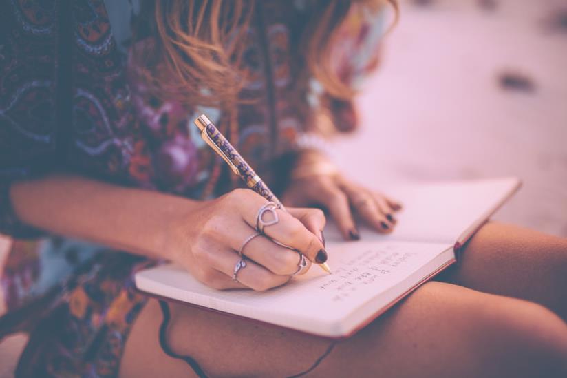 Una ragazza che scrive sul diario