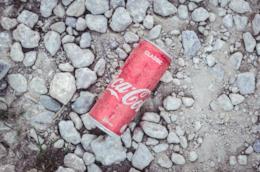 Una lattina usata lasciata a terra