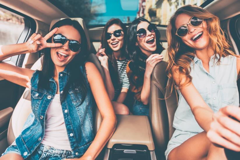 Gruppo di amiche pronto per la vacanza
