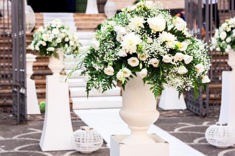 Bouquet per una sposa con fiori bianchi e rosa