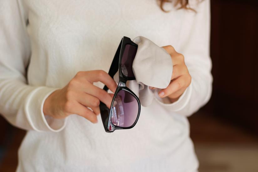 Come si puliscono gli occhiali da sole