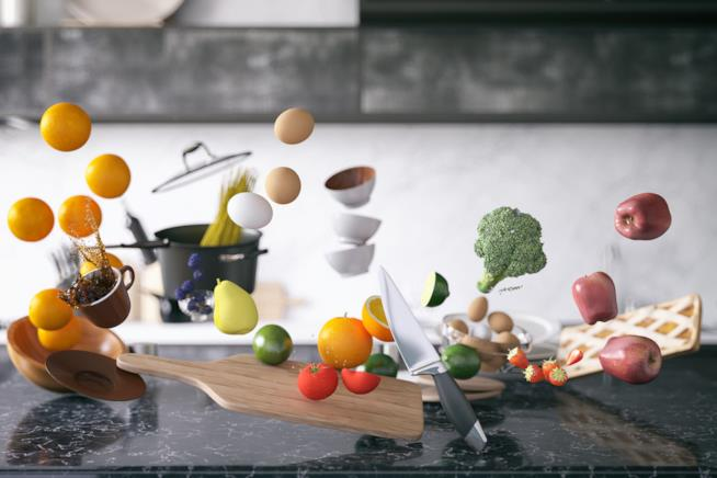 Tavola con frutta e verdura in sospensione