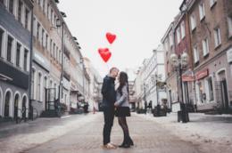 Coppia innamorata con palloncini