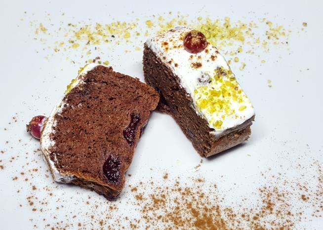 Due fette di dolce al cioccolato