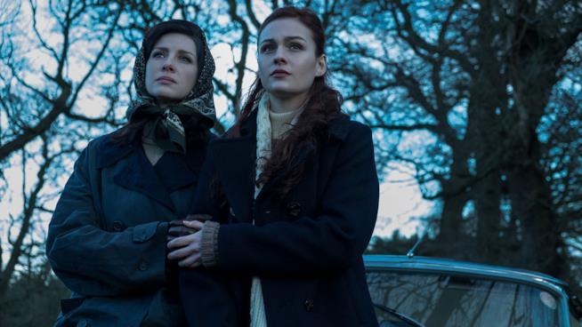 Claire stretta al braccio di sua figlia Brianna
