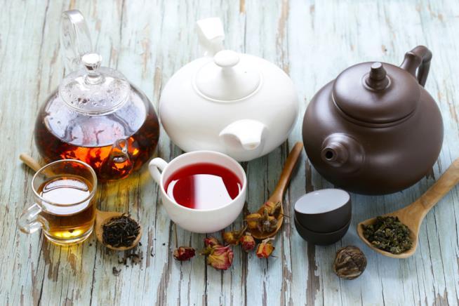 Tazze di tè con teiere disposte su un tavolo