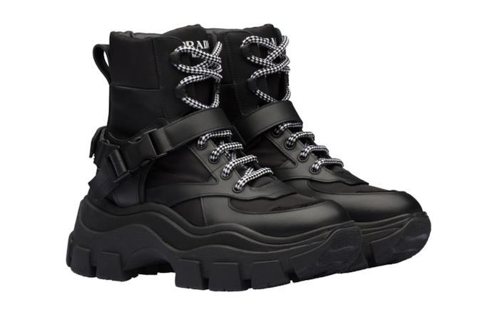 Sneakers alte con suola oversize, nere con lacci bicolore