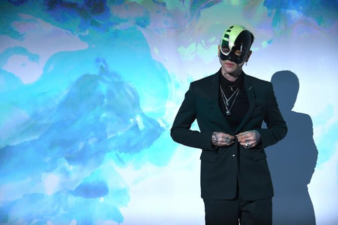 Un modello mascherato al ballo surrealista Dior