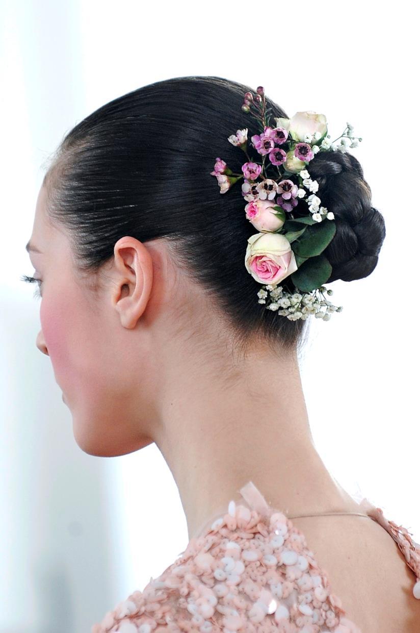 Fiori sui capelli raccolti in uno chignon