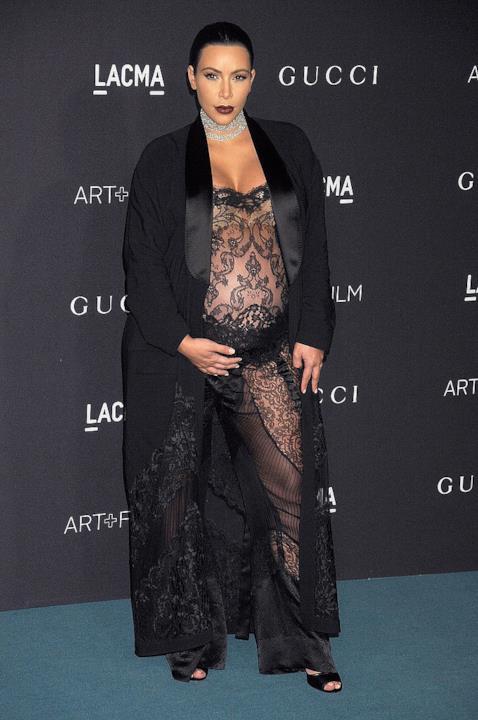 Abito di pizzo nero per Kim Kardashian incinta