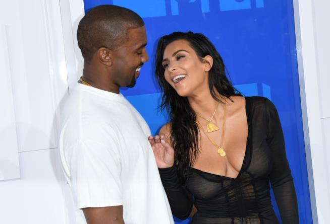 Un sorridente primo piano di Kim Kardashian e Kanye West