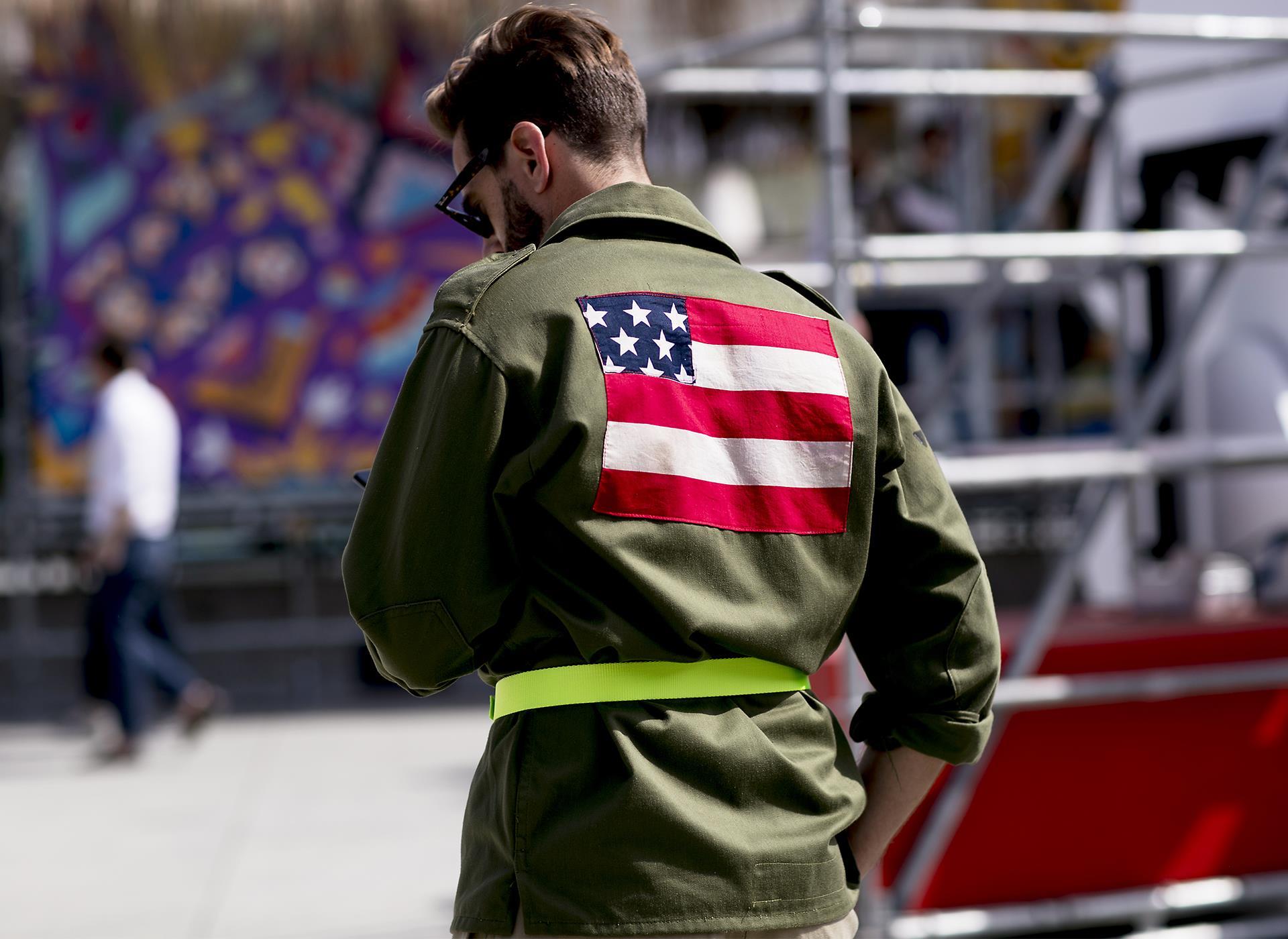Modello indossa giacca con bandiera americano a Pitti 96