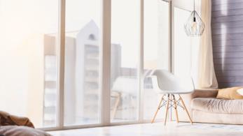 Angolo di soggiorno illuminato dalla luce naturale e da una lampada a sospensione posta nell'angolo
