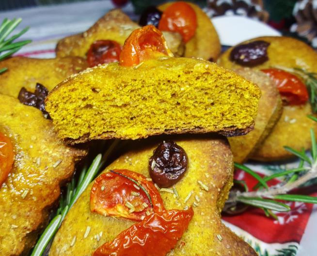 Pizette con olive e pomodorini