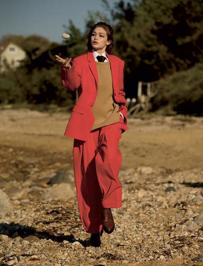 Gigi vestita di rosso per Vogue