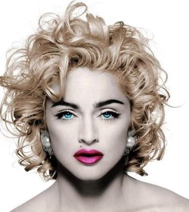Madonna in primo piano con rossetto fucsia e occhi blu