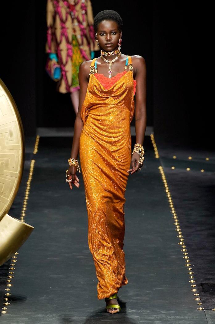 Anche per la sera Versace propone l'arancione