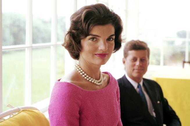 Uno scatto a colori di Jacqueline Kennedy con il marito JFK