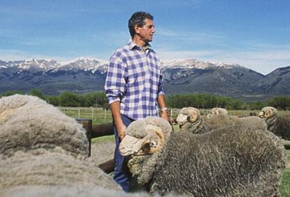 Carlo Benetton con una pecora