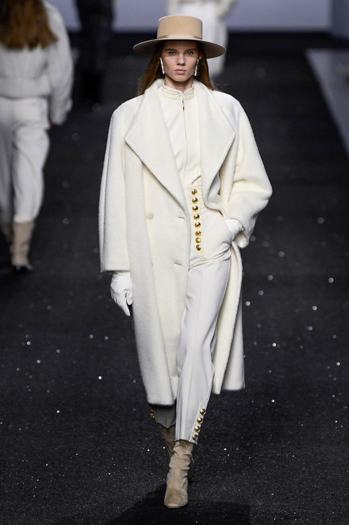 Look total white alla sfilata Alberta Ferretti
