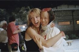 Un'immagine dal dietro le quinte di Kill Bill con Uma Thurman e Lucy Liu