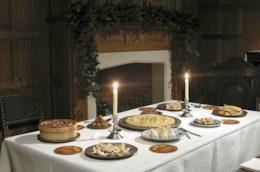 Una tavola imbandita per Natale in una stanza d'epoca