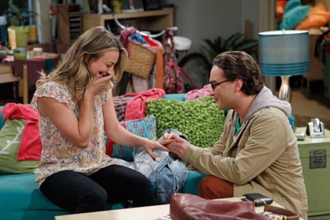 Penny accetta di sposare Leonard in una scena di The Big Bang Theory