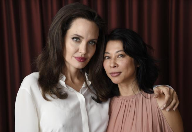 L'attrice Angelina Jolie abbraccia l'attivista Loung Ung.
