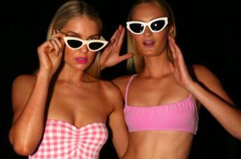 Ragazze in costume da bagno con occhiali da sole