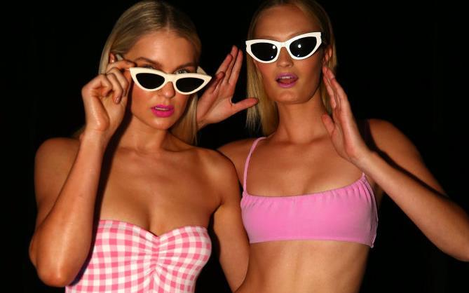 24e5dad4496b Ragazze in costume da bagno con occhiali da sole