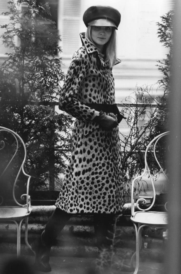 1967 una modella indossa un outfit composto da un cappotto con stampa animalier