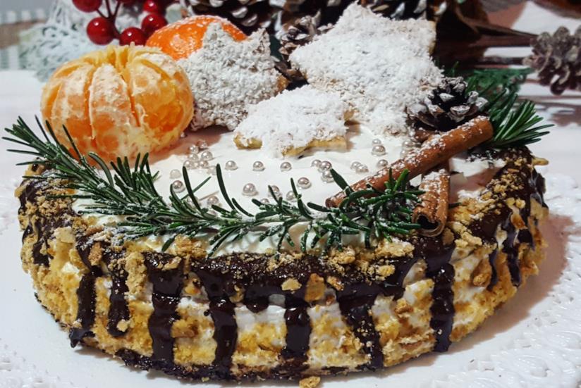 Dolce tondo decorato con mandarini e cioccolato