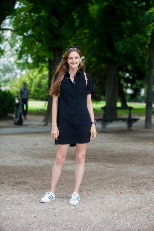 Superstar abbinate a vestitino nero corto modello camicia