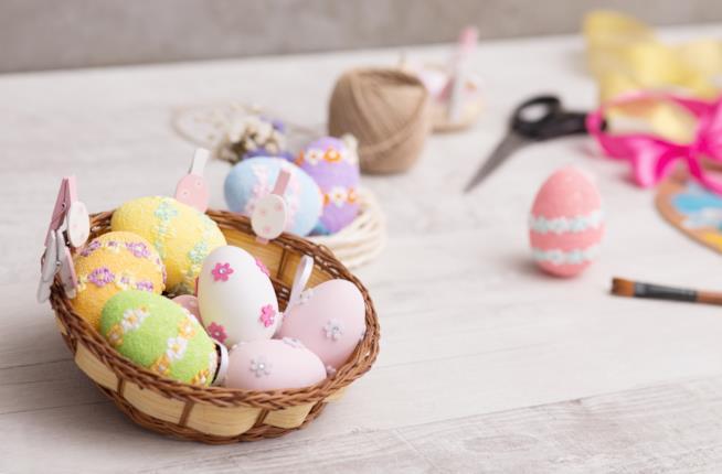 Uova decorate in un cestino di vimini