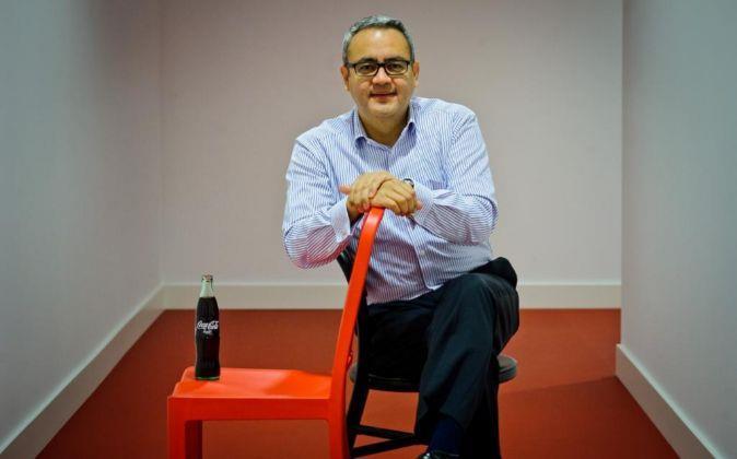 Jorge Garduño vicino a una sedia con una Coca-Cola