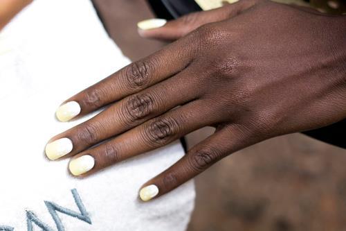 Nail art giallo sfumato