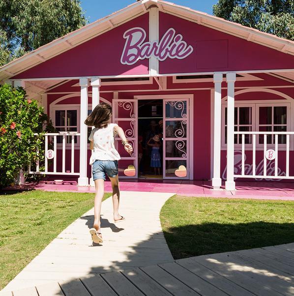 Casa di Barbie al Forte Village con bambina che corre