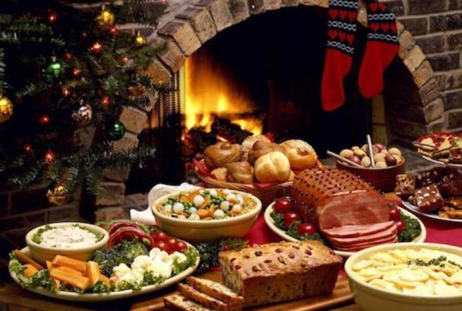 Un'immagine di un tavolo natalizio imbandito