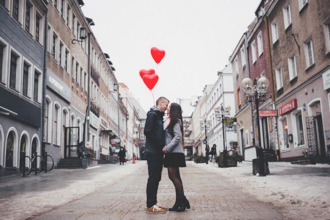 Coppia per strada in procinto di baciarsi