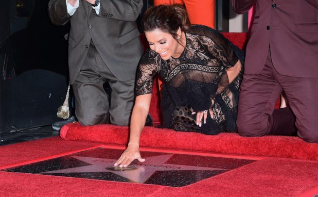 Eva Longoria tocca incredula la sua stella
