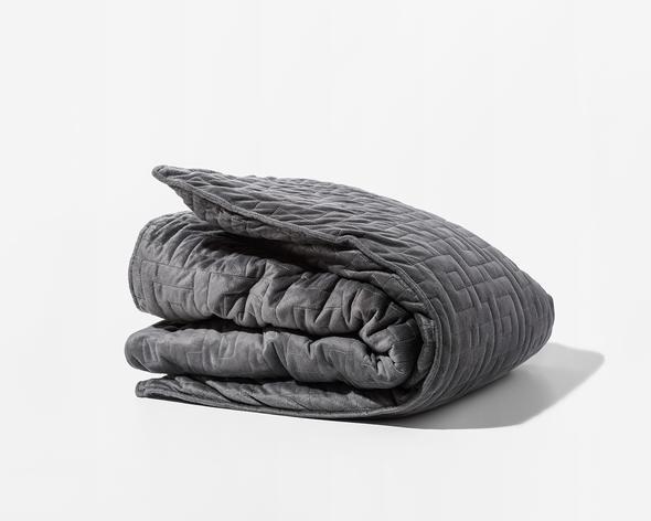 Una Gravity Blanket grigia, piegata