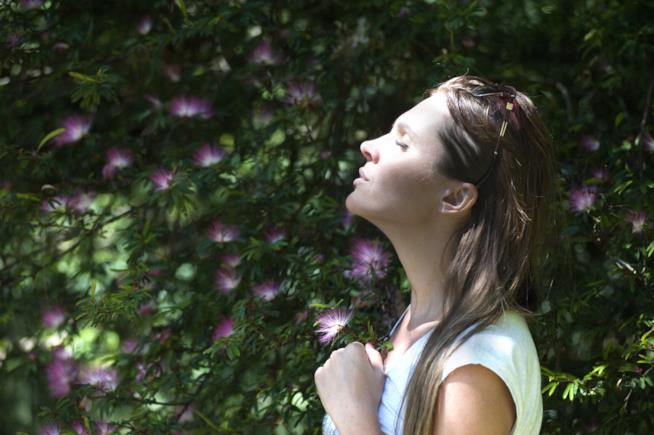 Ragazza di profilo con il viso illuminato dal sole