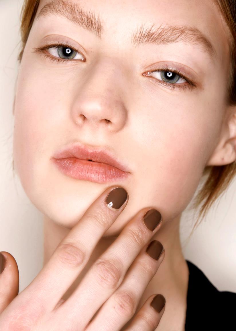 Il colore di tendenza per le tue nail art d'autunno è il marrone