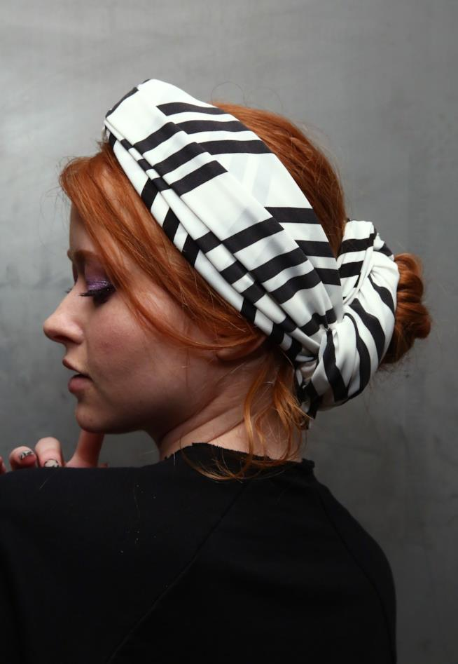 Hairstyle con fascia per capelli