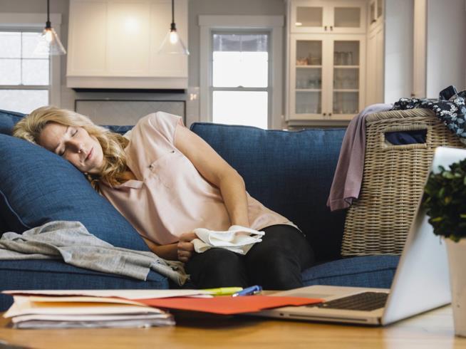 Donna che dorme su divano