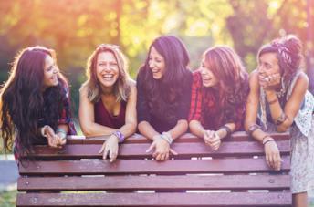 Gruppo di ragazze sorridenti al parco