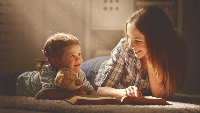Una mamma legge un libro con la sua bambina